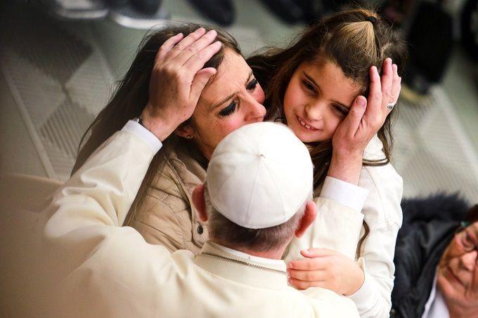 Pope_Francis_greets_pilgrims_during_his_general_audience_Jan_13_2015_Credit_Daniel_Ibaez_CNA